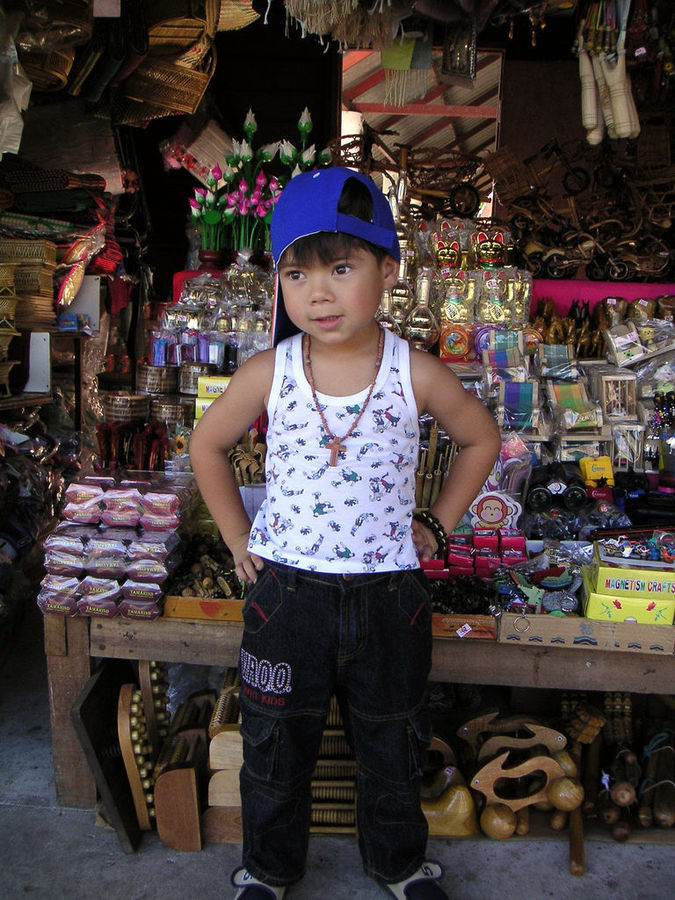 Junge verkauft Souvenirs in Thailand Junge verkauft Souvenirs in Thailand   Bild (Ausschnitt): © talkrabb  [CC BY 2.0]  - Flickr