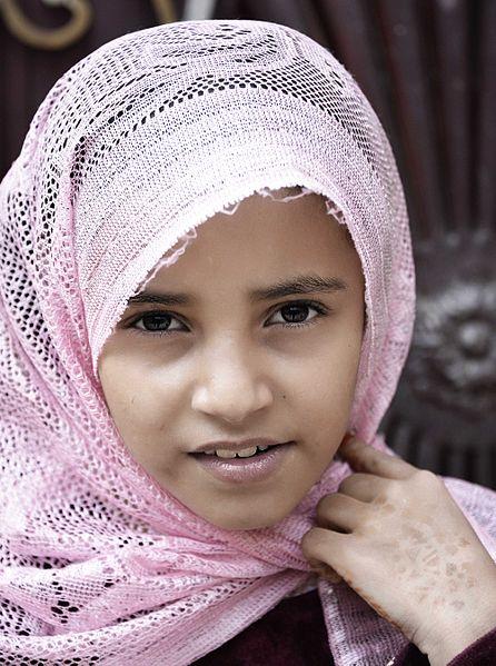 Bild (Ausschnitt): © Rodd Waddington - wikimedia: yemeni girl