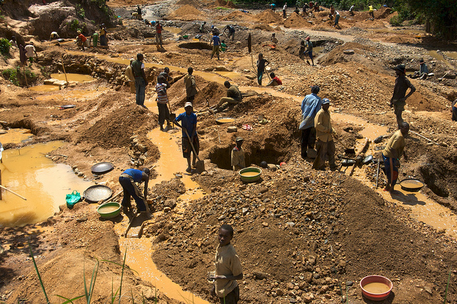 Kinderarbeit DR Kongo Kinder im Osten der Demokratischen Republik Kongo beim Abbau von Mineralien und Metallen  | Bild (Ausschnitt): © ENOUGH Project [CC BY-NC-ND 2.0]  - Flickr